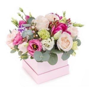 Розы, хризантемы, эвкалипт в коробке