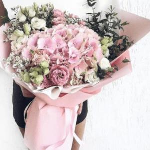 Букет из гортензий и роз