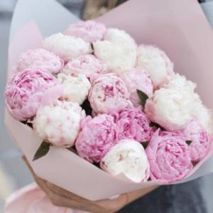 Букет из розовых и белых пионов