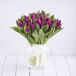 Весенний букет из сиреневых тюльпанов