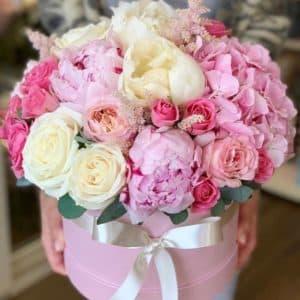 коробка с пионами розами