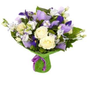 Букет с белыми розами, лизиантусом и ирисами