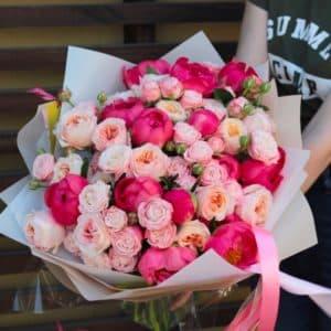 букет с пионовидными розами и пионами