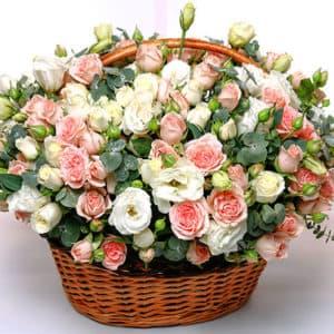 Корзина из пионовидных роз