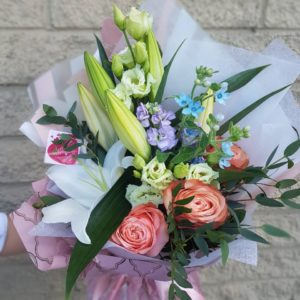 букет из пионовидных роз и лилий