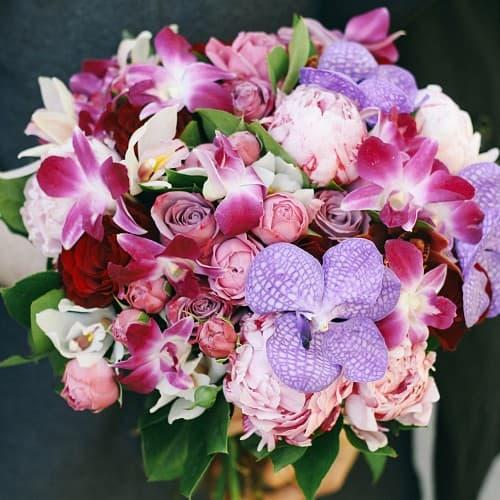 Букет с орхидеями и пионовидной розой