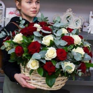 корзина с белыми и красными розами