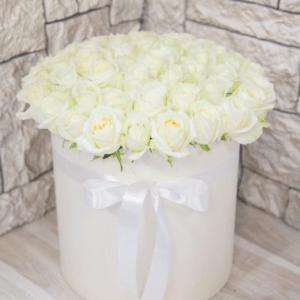 в белой коробке розы