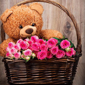 Корзина роз с медведем