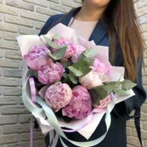 Премиальные цветы с доставкой - 9 пионов с эвкалиптом