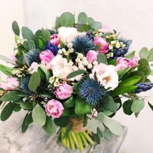 Весенний букет из тюльпанов, гиацинтов и альстромерии