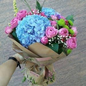 букет с гортензиям и и розами