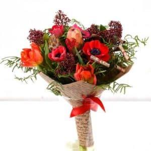 букет розы и анемоны