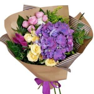Букет с гортензией, кустовыми розами и тюльпанами