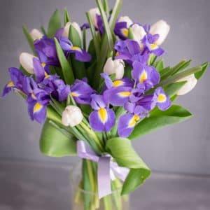 Весенний букет из ирисов и тюльпанов