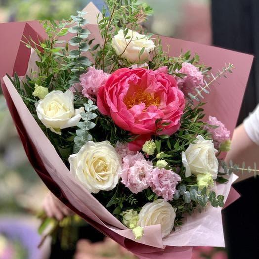 Нежный букет с розами и пионом