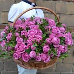 Пионовидная роза в корзине маме