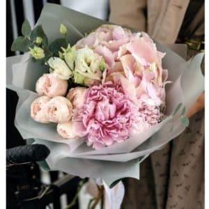 гортензия с розами и эустомой