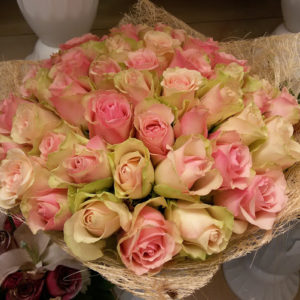 51 роза зелено-розовая