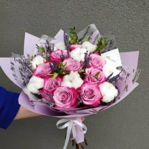 Букет из роз, лаванды, хлопка и хризантемы