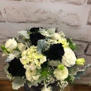 букет из черных, белых роз и тюльпанов