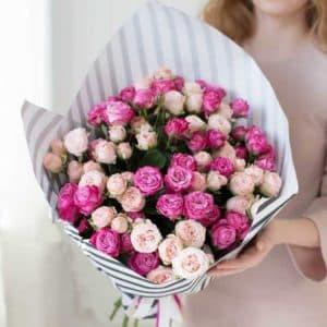 15 премиум веток розовой пионовидной розы в крафте