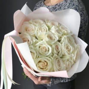 Букет 15 белых роз с упаковкой R390