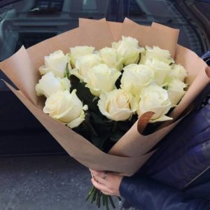 Букет 11 белых роз с упаковкой