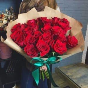 Букет 15 красных роз в крафте
