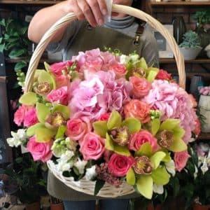 Розы, орхидеи и гортензии в корзине