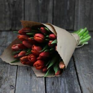 Букет красно-рыжих тюльпанов