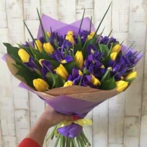 Желтые тюльпаны и ирисы