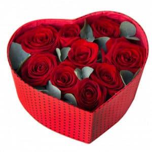 9 красных роз с эвкалиптом в коробке сердцем