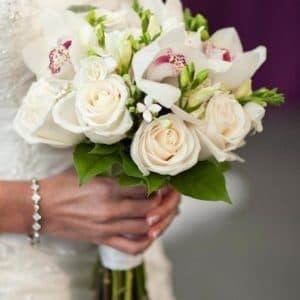 Букет невесты из белых орхидей, роз и фрезии