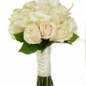 Букет невесты из белых роз и калл