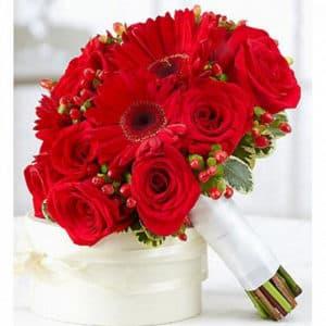 Букет невесты из гербер, роз и гиперикума