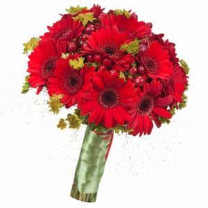 Букет невесты из красных гербер и гиперикума