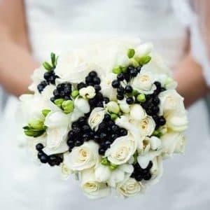 Букет невесты из ранункулюсов, роз и фрезии
