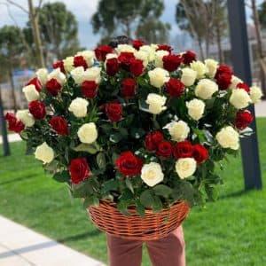 101 белая и красная роза в корзине
