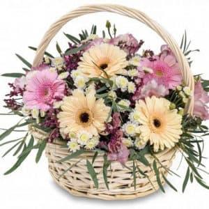 Герберы, хризантемы, гиперикум и лимониум в корзине