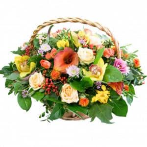 Каллы, орхидеи и хризантемы в корзине