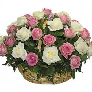 Корзина из 25 белых и розовых роз