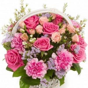 Корзина из розовых роз и гвоздики