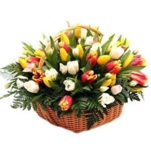 Тюльпаны с зеленью в корзине