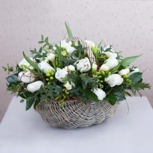 25 белых тюльпанов в корзинке