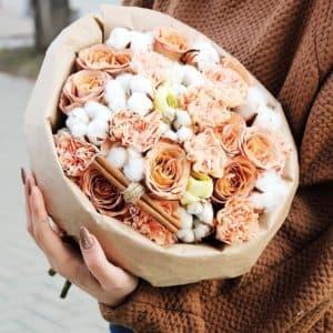Букет из роз капучино и гвоздики