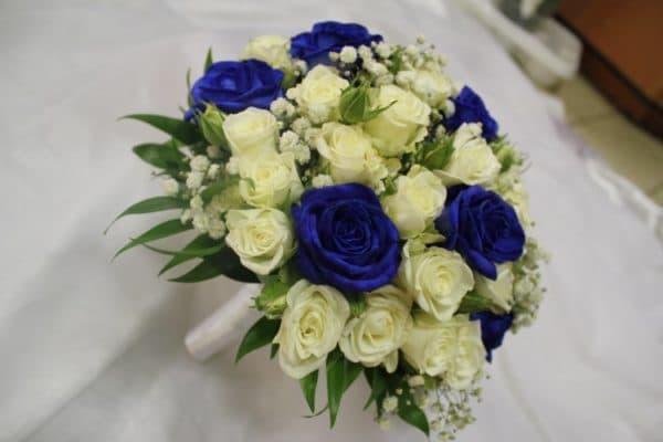 Свадебный букет синих и белых кустовых розы