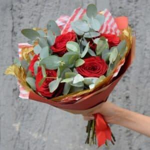 Букет роз с эвкалиптом