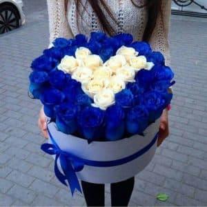 Синие розы в белой коробке в виде сердца