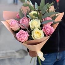 9 белых и розовых роз